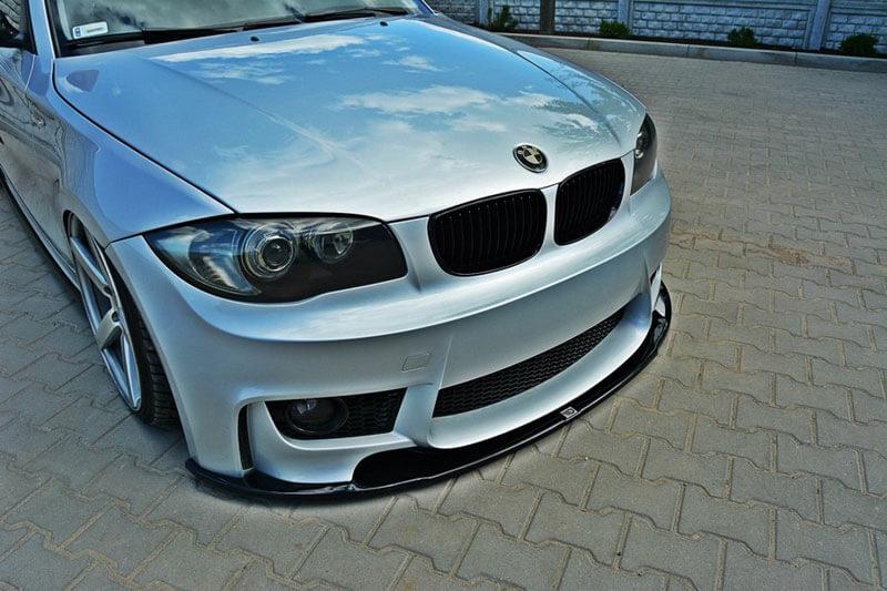 Диффузор переднего бампера BMW 1 E87 M-Design, для моделей 2015 - ... Материал - ABS пластик. За дополнительную плату возможен заказ следующих опций: - спойлер в глянцевом исполнении (+15 евро) - спойлер в цвете